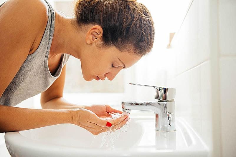 Al contrario de lo que normalmente se cree, no es suficiente con la limpieza facial en la noche. Es también muy importante limpiar tu piel en las mañanas...